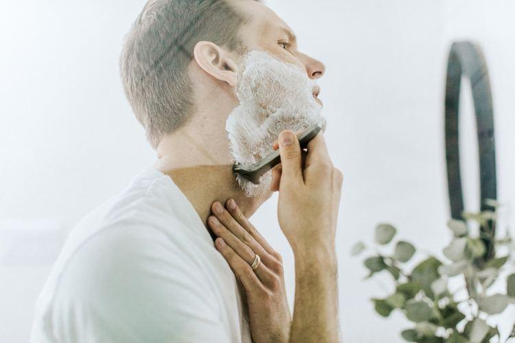 Man shaving to avoid acne and folliculitis